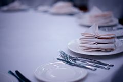Tischbesteck auf weißer Tabelle Lizenzfreies Stockfoto