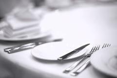 Tischbesteck auf weißer Tabelle Lizenzfreie Stockbilder