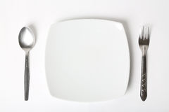 Tischbesteck eingestellt mit Platte. Auf weißem Hintergrund stockbild