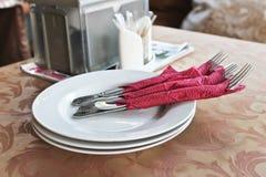 Tischbesteck, Gabeln auf einer Platte stockfotos