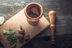 Tischbesteck, Gemüse und Gewürze lizenzfreie stockfotografie