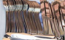 Tischbesteck gesetzt auf blaue Tischdecke Stockbilder