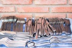 Tischbesteck gesetzt auf blaue Tischdecke Lizenzfreie Stockfotografie