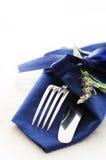 Tischbesteck mit blauer Serviette Lizenzfreies Stockbild