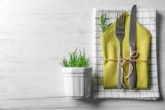 Tischbesteck mit Blumendekor Stockbild