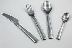 Tischbesteck mit Messer, Gabel, Tafellöffel und wenigem Löffel lizenzfreies stockbild