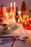 Tischbesteck mit rotem Band auf der Feiertagstabelle Stockfotografie
