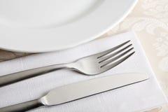 Tischbesteck mit Teil des großen Tellers Lizenzfreie Stockfotografie