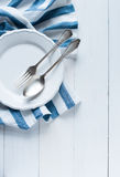 Tischbesteck, Porzellanplatte und weiße Leinenserviette Lizenzfreie Stockfotografie