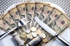 Tischbesteck und Geld Lizenzfreie Stockbilder