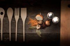 Tischbesteck und Gewürze lizenzfreies stockfoto
