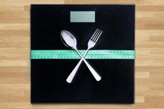 Tischbesteck und messendes Band auf den Skalen Lizenzfreie Stockfotos