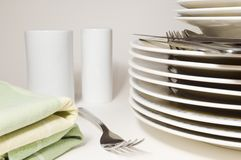 Tischbesteck und Platten Lizenzfreies Stockbild