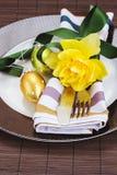 Tischbesteckumhüllung auf Platte für Ostern Lizenzfreie Stockfotografie