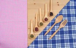 Tischdecke, hölzerner Löffel, auf Holz Stockfotos