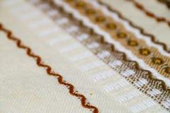 Tischdecke handgemacht mit brauner Verzierung Stockbild