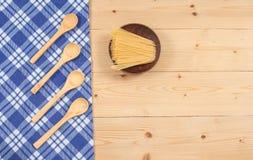 Tischdecke, hölzerner Löffel, auf Holz Lizenzfreie Stockfotos