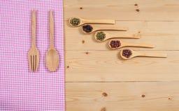 Tischdecke, hölzerner Löffel, auf Holz Lizenzfreies Stockfoto