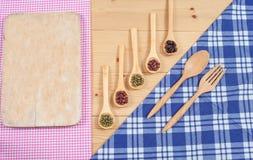 Tischdecke, hölzerner Löffel, auf Holz Stockbild
