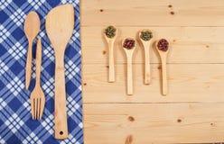Tischdecke, hölzerner Löffel, Gabel auf Holz Stockfotos
