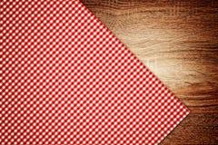 Tischdecke, Küchenserviette auf hölzernem Hintergrund. Lizenzfreies Stockfoto