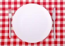 Tischdecke mit Gabel, Messer und einer leeren Platte stockfotos