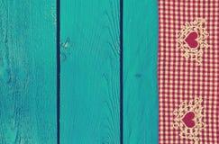 Tischdeckenbeschaffenheit auf hölzernem blauem Hintergrund Stockfotos