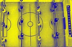 Tischfußballspiel mit den gelben und blauen Spielern stockfotografie