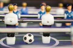 Tischfu?ballfu?ballspielkicker Fußballball auf dem Spielfeld stockbilder