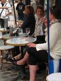Tischgäste genießen ein Mittagessen Stockfoto
