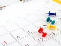 Tischkalender mit Tagen und Daten im Juli 2016 und bunte Reißzwecke Lizenzfreies Stockbild