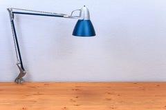 Tischlampe auf einem Holztisch Stockbild