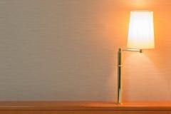 Tischlampe auf Innenarchitektur der Kopfende lizenzfreie stockbilder