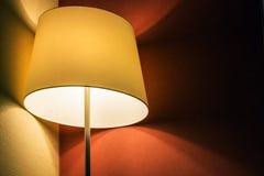 Tischlampe im Raum oder im Hotelzimmer auf dem Hintergrund Stockbild