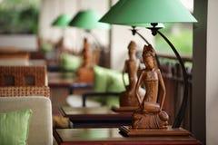 Tischlampe mit Skulptur von Frauen in der grünen Lampe Stockfotografie