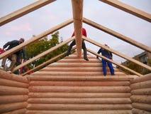 Tischler bauen Bauholzrahmen mit allgemeinen Dachsparren auf Kabinendach zusammen Lizenzfreie Stockfotografie
