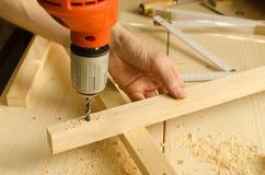 Tischler-bohrendes Holz Stockfotos