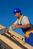 Tischler, der an dem Dach arbeitet Stockfotos