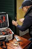 Tischler, der den Ersatz des Verschlusses einer Tür bearbeitet lizenzfreie stockfotos