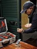 Tischler, der den Ersatz des Verschlusses einer Tür bearbeitet stockfotos