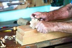 Tischler, der ein Stück Holz modelliert Stockbild