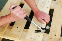 Tischler, der einen Tischlerhammer verwendet Stockfotos