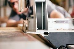 Tischler, der elektrische Säge verwendet Lizenzfreie Stockfotos