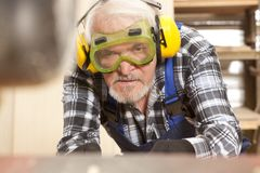 Tischler, der in der Möbelfabrik arbeitet stockbild