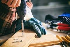 Tischler, der mit einem Elektroschrauber arbeitet stockfoto