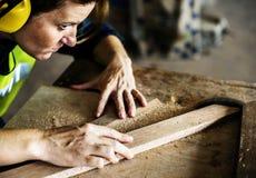 Tischler, der mit einem Holz arbeitet lizenzfreie stockfotografie