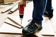 Tischler, der mit einem Holz arbeitet stockbild