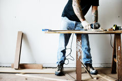 Tischler, der mit einem Holz arbeitet lizenzfreie stockfotos