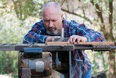 Tischler, der an tablesaw arbeitet stockfoto