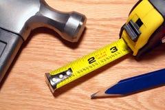 Tischler-Hilfsmittel mit Hammer-und Band-Maß Stockfotografie